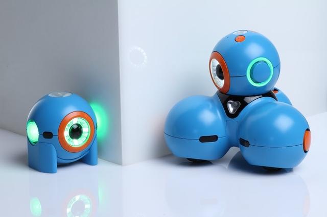 Par de robôs estimula crianças a programar brincando