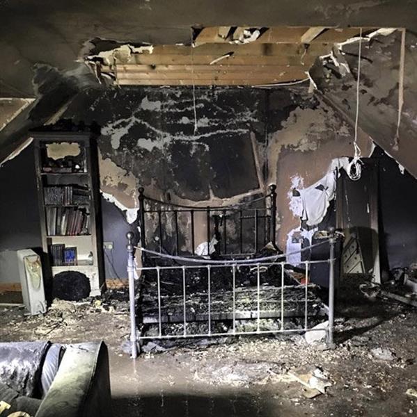 Quarto de Caitlin depois do incêndio e da ação dos bombeiros
